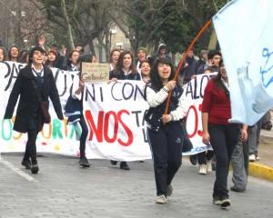 liceanas marchando