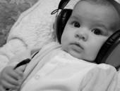 De pequeños nos acostumbramos a oír, a percibir sonidos, pero deberían enseñarnos también a escuchar a los demás. Cuando usamos los cascos estamos aislando nuestra capacidad de escucha, en un acto de egoísmo acorde con los tiempos de esta sociedad líquida. Fotografía de Patricil.