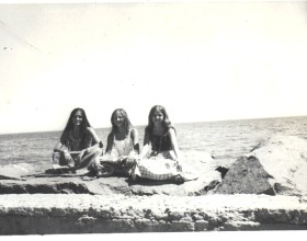 Rocas de avenida Perú en Vina del Mar, de izquierda a derecha Peggy, Ángeles, Pilar.