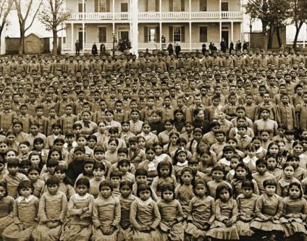 Política de asimilación de los pueblos originarios.