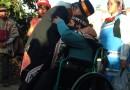 Abrazo de líder mapuche con líder aymara en celebración de ANATA. Fotografía de Verónica Grünewald