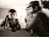 Fidel junto a un niño. Fotografía de Alberto Korda