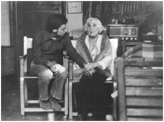 Teodoro Cassua, con su querida amiga, Delia del Carril Hormiguita en su casa, calle Lynch, La Reina. 1978.