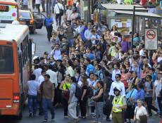 14 de Noviembre de 2014/SANTIAGO Varias intentan tomar un bus del transantiago en un paradero frente al Mall Costanera Center debido al cierre de estaciones  que aun mantiene la linea uno tras la falla que se produjo esta ma–ana en el Metro y derivo en la suspensi—n de las lineas 1, 2, 5 que afecto a cerca de 500.000 mil usuarios FOTO:MARIO DAVILA/AGENCIAUNO