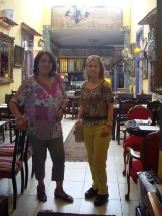 Raquel y Pilar en un restaurante peruano del barrio Yungay